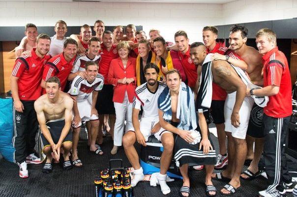 Merkel no vestiário da seleção alemã após vitória sobre Portugal